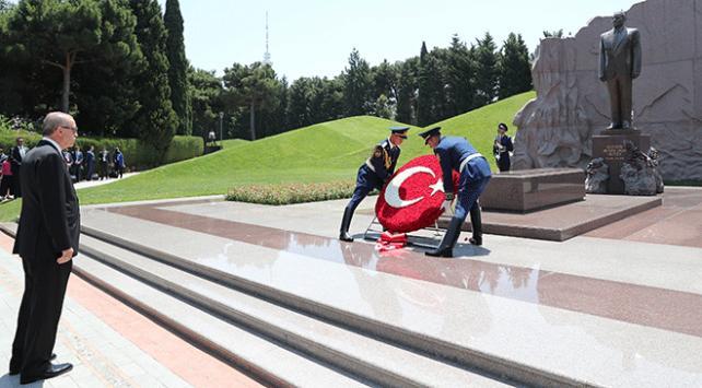 Cumhurbaşkanı Erdoğan, Haydar Aliyev ve eşinin kabrini ziyaret etti