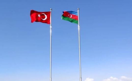 Nahçıvan sınırına dikilen Türk-Azerbaycan bayrakları Ermenistan'dan görünüyor