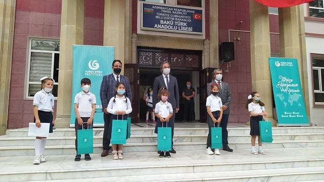 Yunus Emre Enstitüsünden Bakü Türk Anadolu Lisesine ilk gün desteği