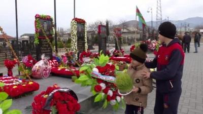 Azerbaycanlılar, Nevruz Bayramı'nda şehitliklere akın etti
